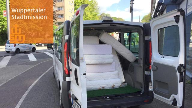 Matratzen für die Wuppertaler Flüchtlingshiilfe werden von der Stadmission abgeholt